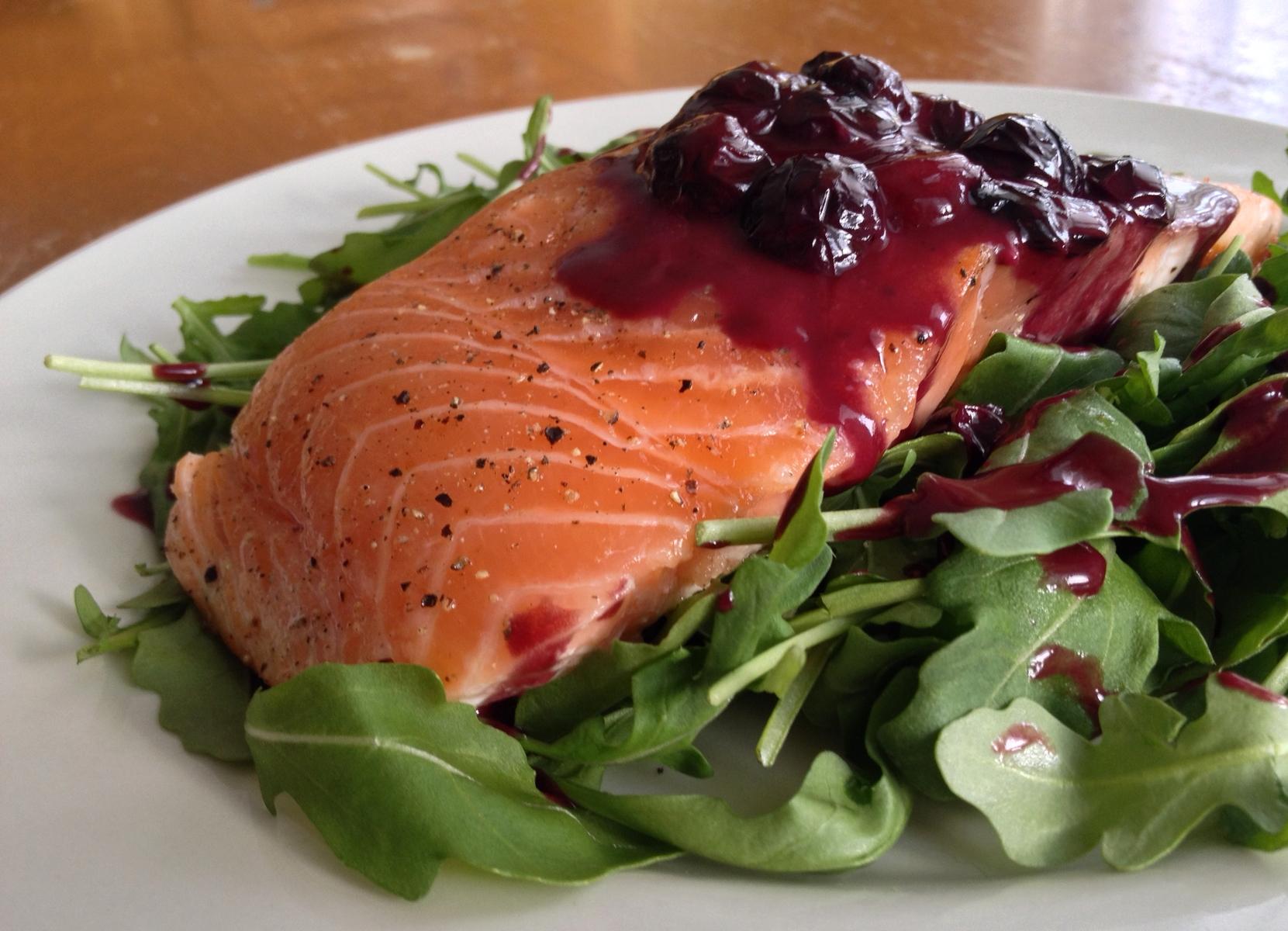 saumon-unilateral-sauce-bleuets-roquette-1