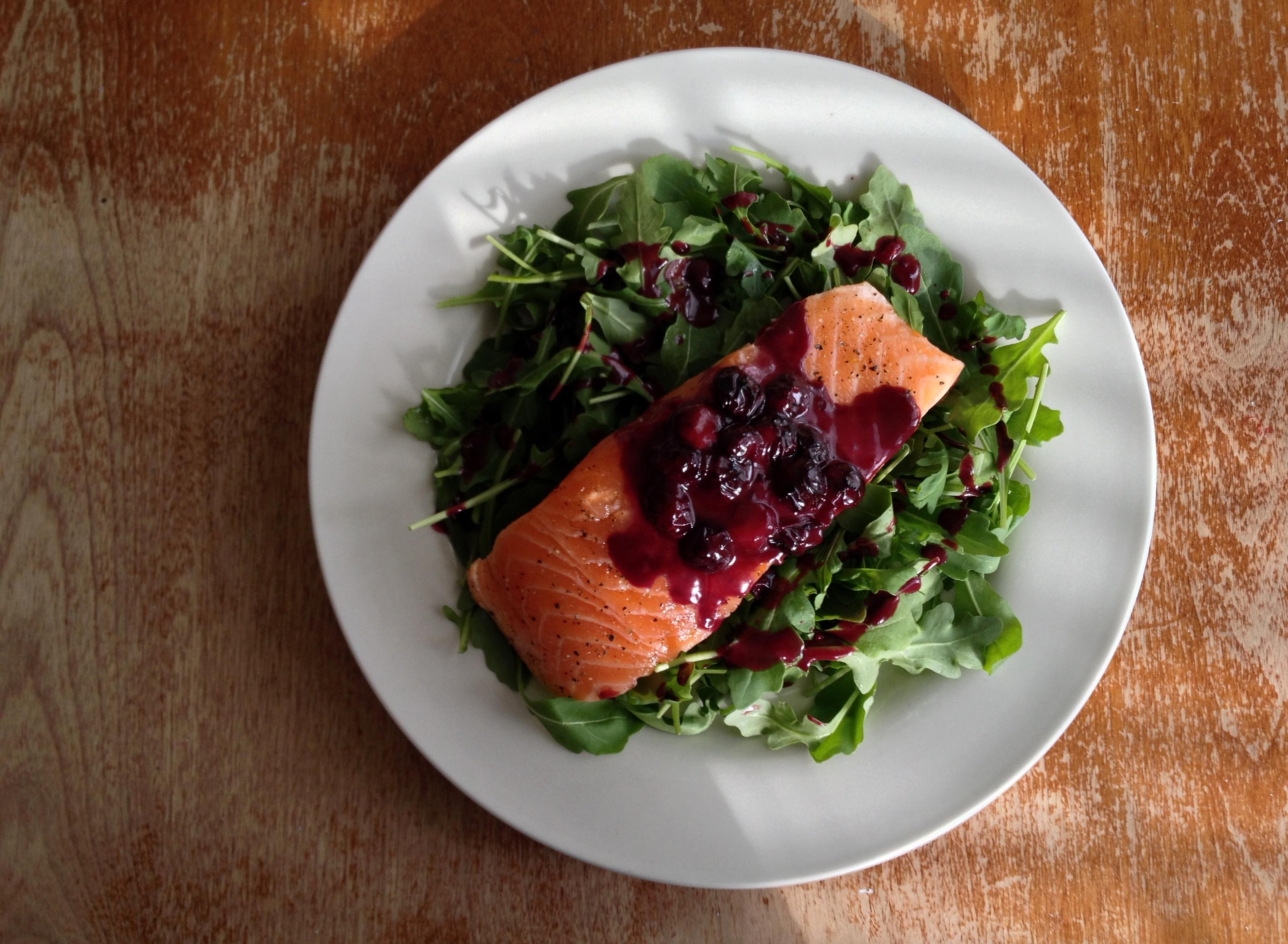 saumon-unilateral-sauce-bleuets-roquette-3
