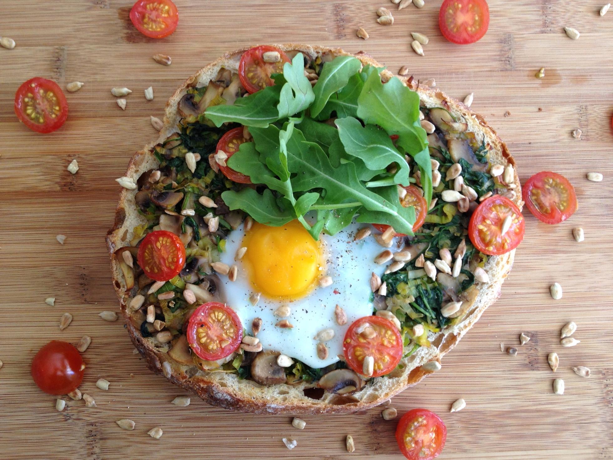 pain-grille-champignons-poireaux-roquettes-oeufs-3