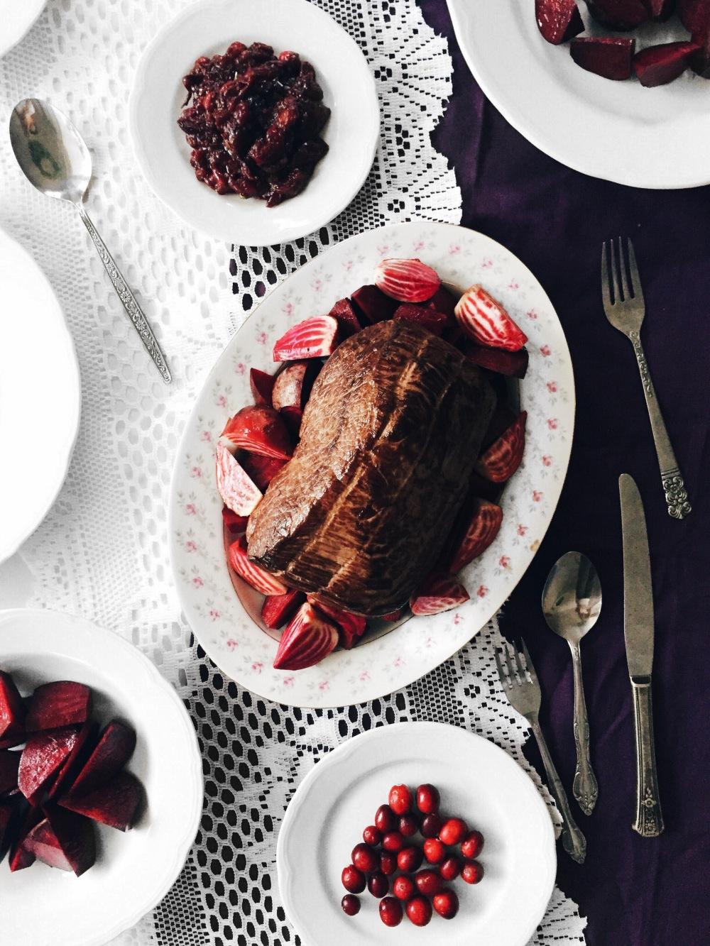 Rôti de boeuf, betteraves rôties, purée de céleri-rave et oignons, chutney de canneberges romarin et poivre rose