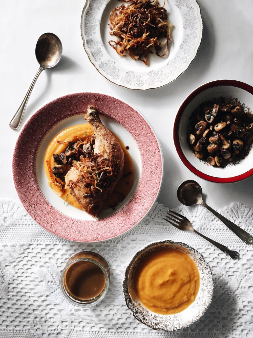 Cuisses de poulet, purée de courge, champignons, oignons frits, sauce jus de viande cannelle
