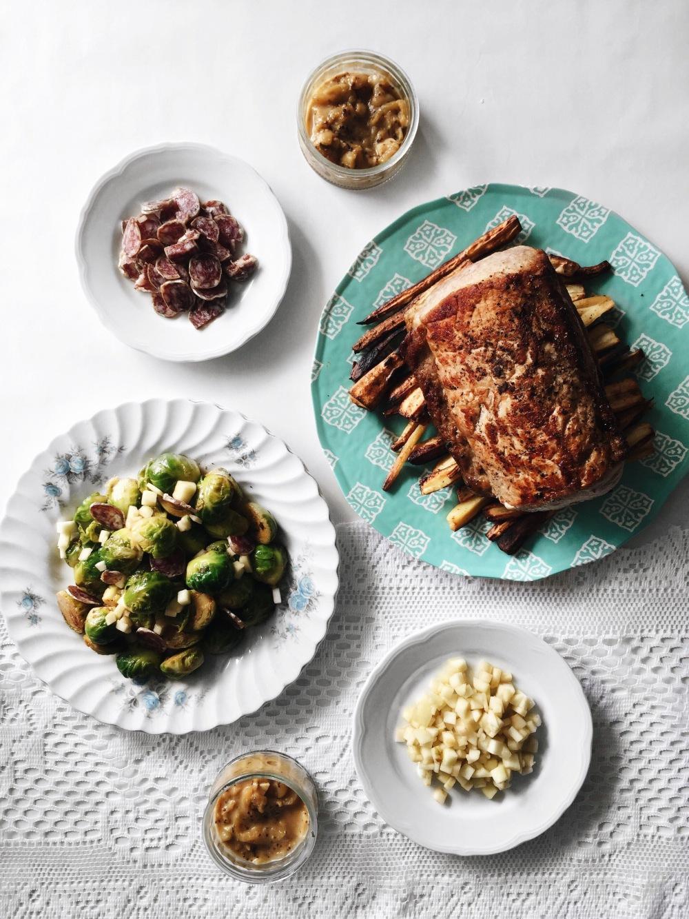 longe de porc aux pommes, frites de panais, choux de bruxelles rôtis au saucisson