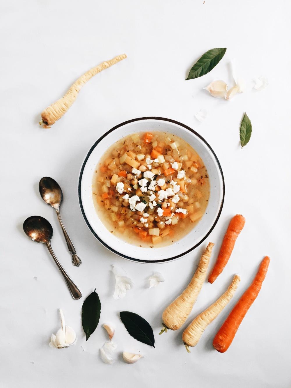 Soupe rustique vide-frigo aux légumes racines, aux pois chiches et au fromage feta