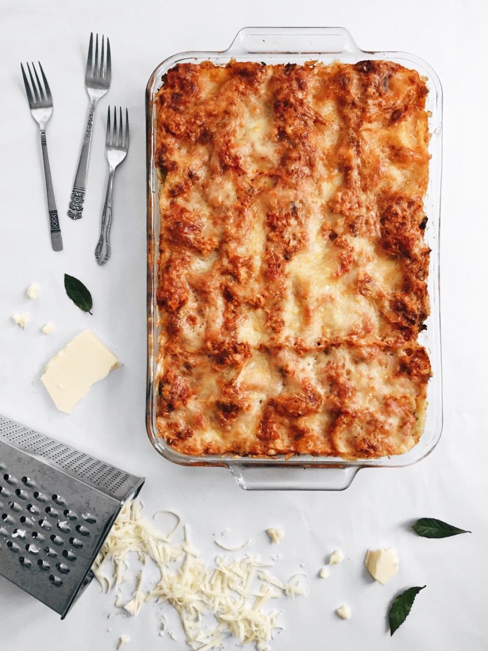Lasagne végétarienne à la sauce à spaghetti, aux épinards, aux brocolis et au fromage