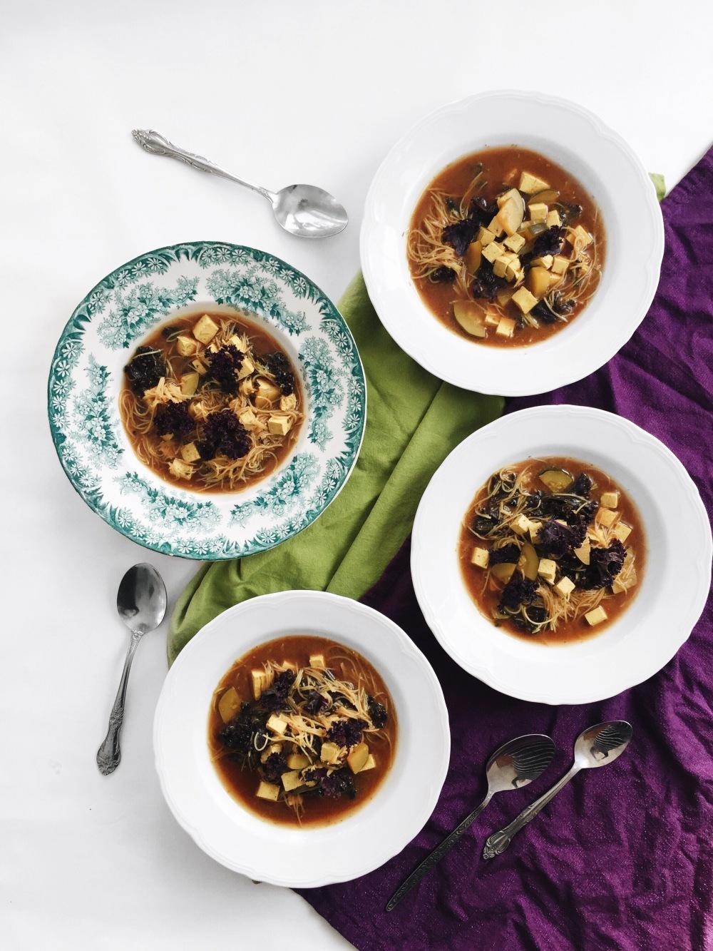 Soupe miso aux courgettes, au kale, au tofu et au vermicelle de riz