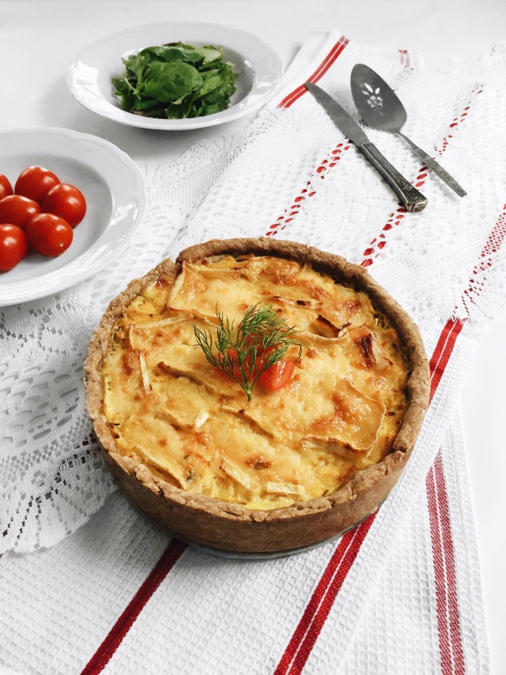 tarte salée au fromage triple crème, aux oignons, au navet et à l'ail