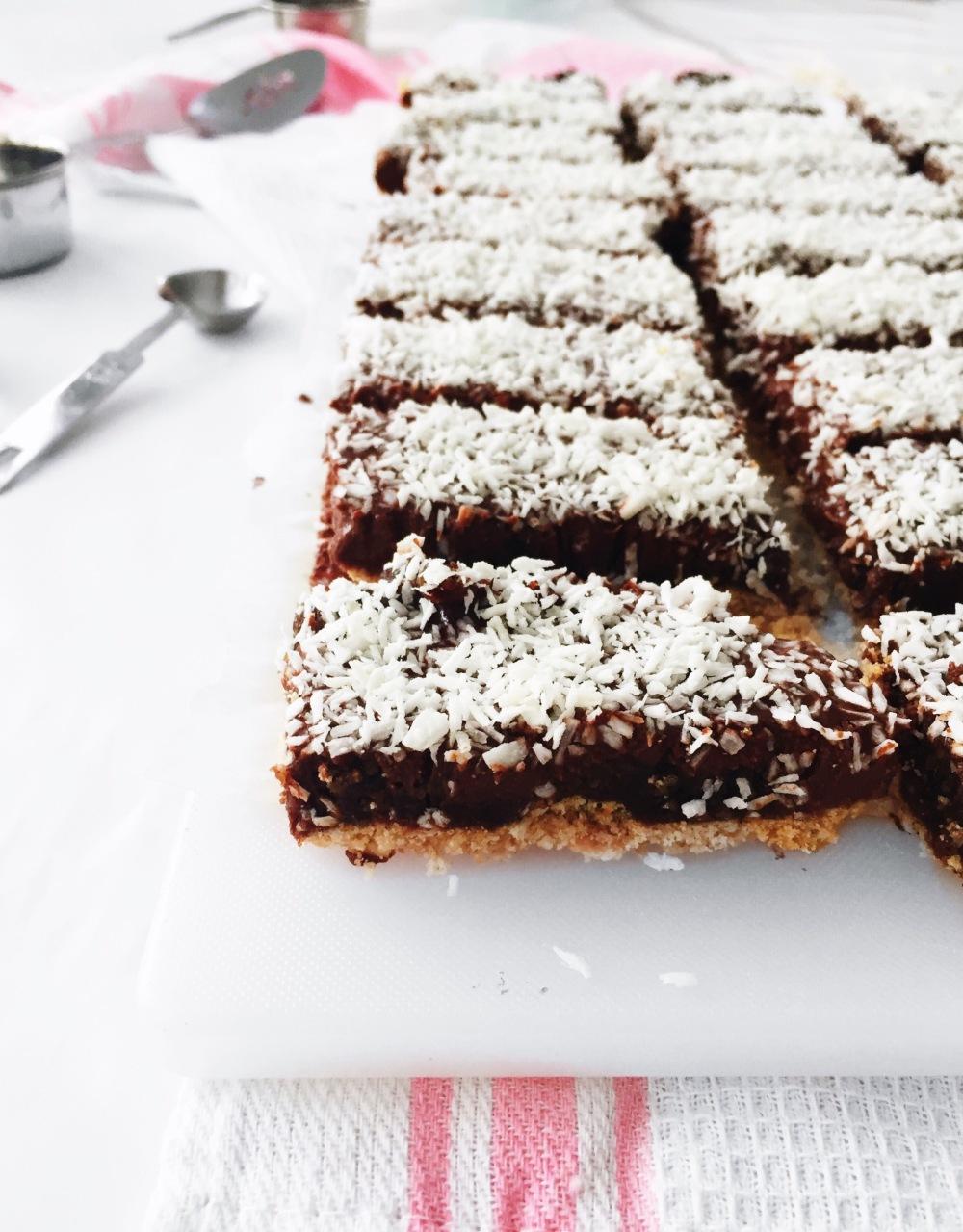 Barres de chocolat noir à la noix de coco en croûte de biscuit et de riz soufflé croustillant