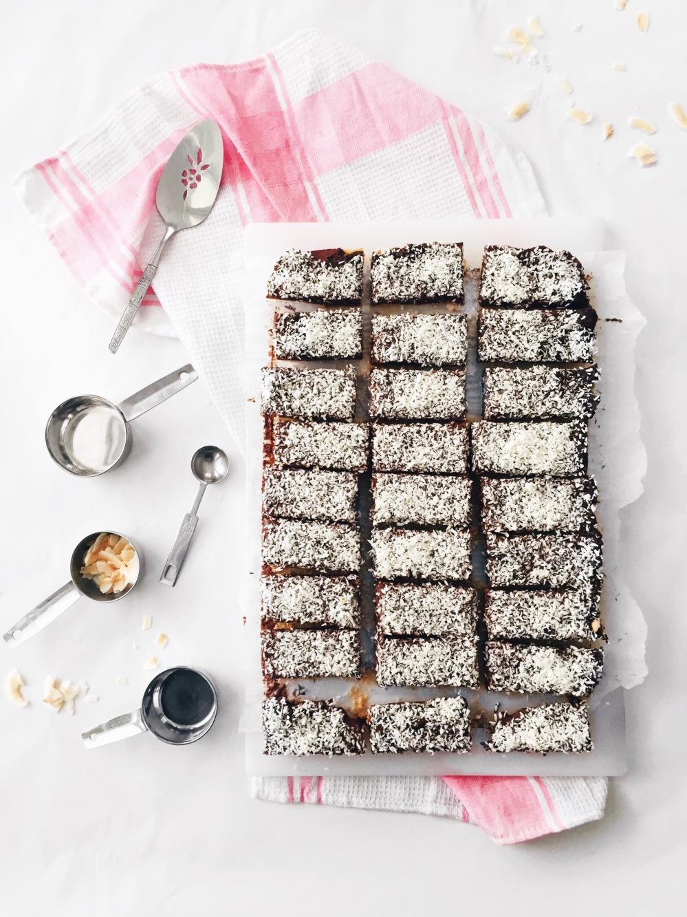 Barres de chocolat noir et noix de coco en croûte de biscuits et riz soufflé croustillant
