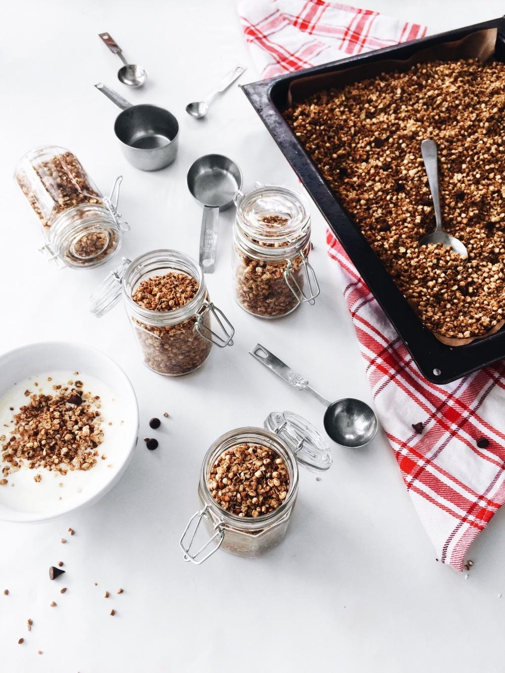 Granola maison végane au beurre d'arachide, au quinoa, au sarrasin rôti et à l'érable