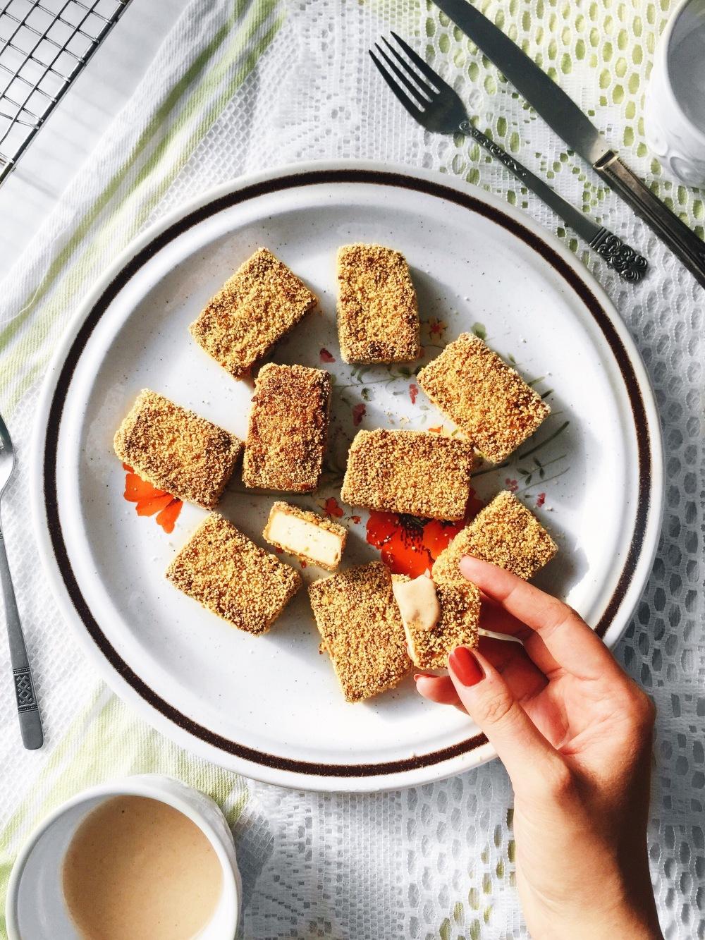 Croquettes de tofu croustillante et sauce épicée végane