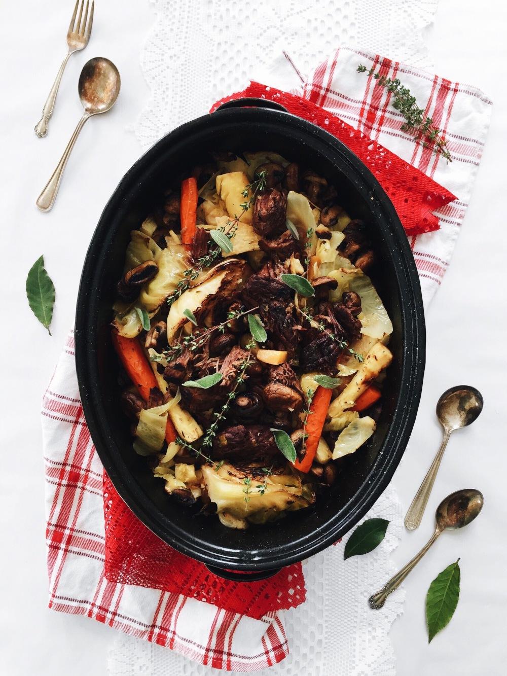 Boeuf braisé au vin rouge, à la moutarde et à l'érable, légumes d'hiver et champignons rôtis
