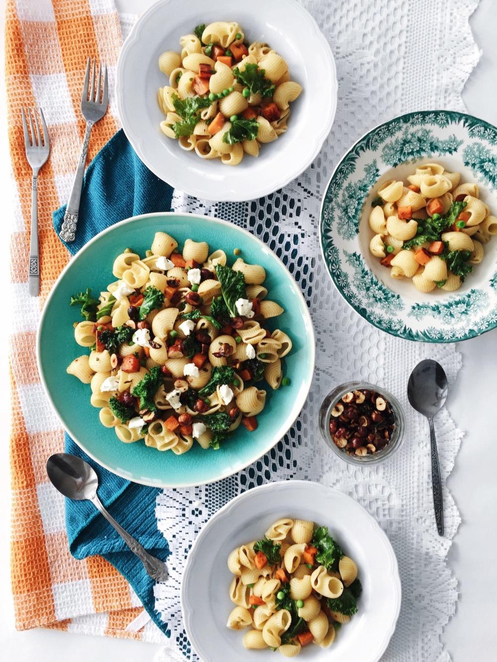 pâtes à la patate douce, au kale, aux petits pois, au fromage de chèvre, aux noisettes et à la sauge croustillante