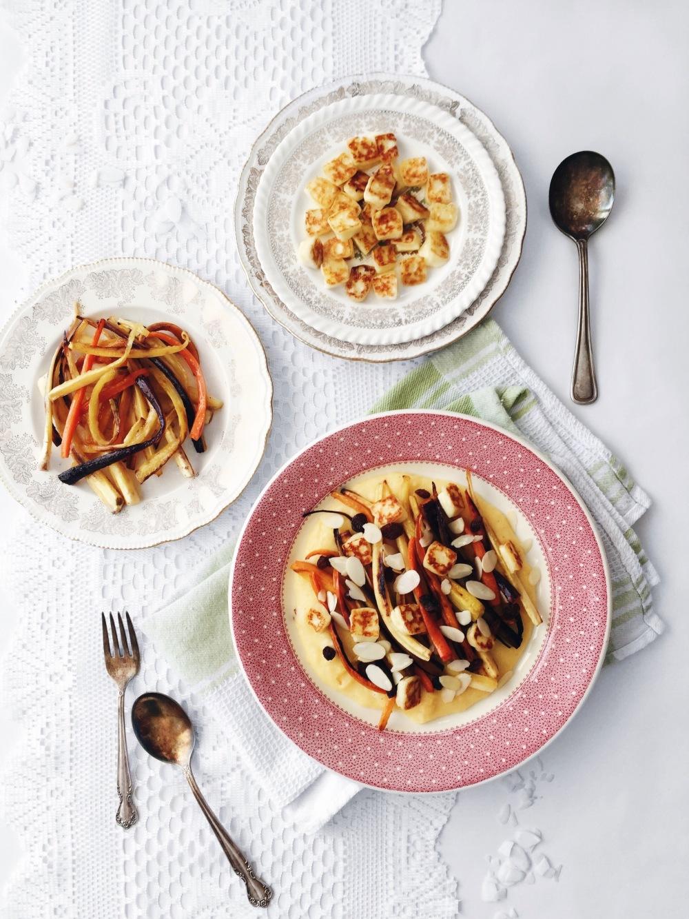 légumes racines rôtis, fromage halloumi grillé et polenta crémeuse au rutabaga, au yogourt, aux raisins et aux amandes