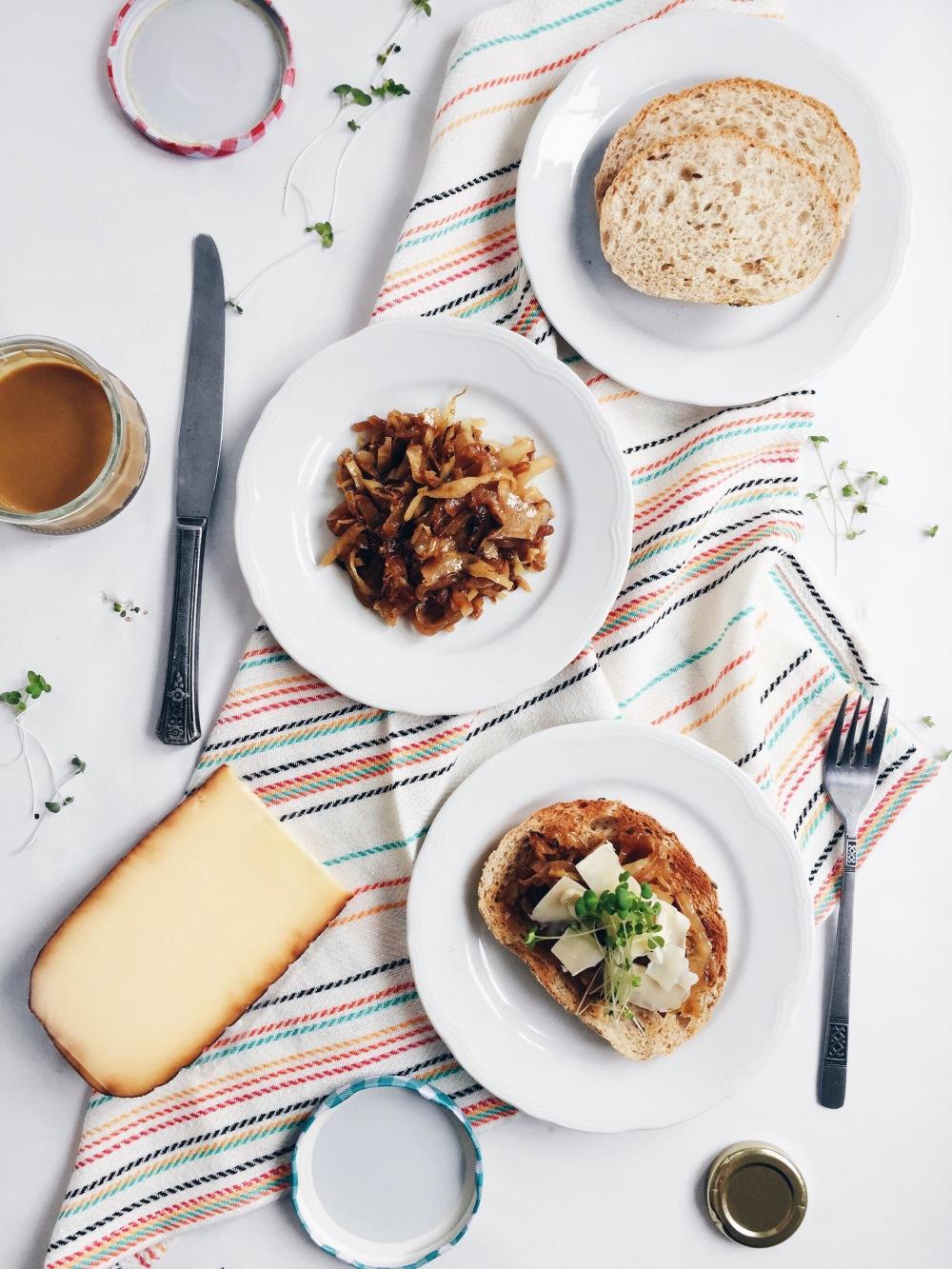 Grilled cheese au gouda fumé, aux oignons et au chou caramélisé à l'érable et à la moutarde