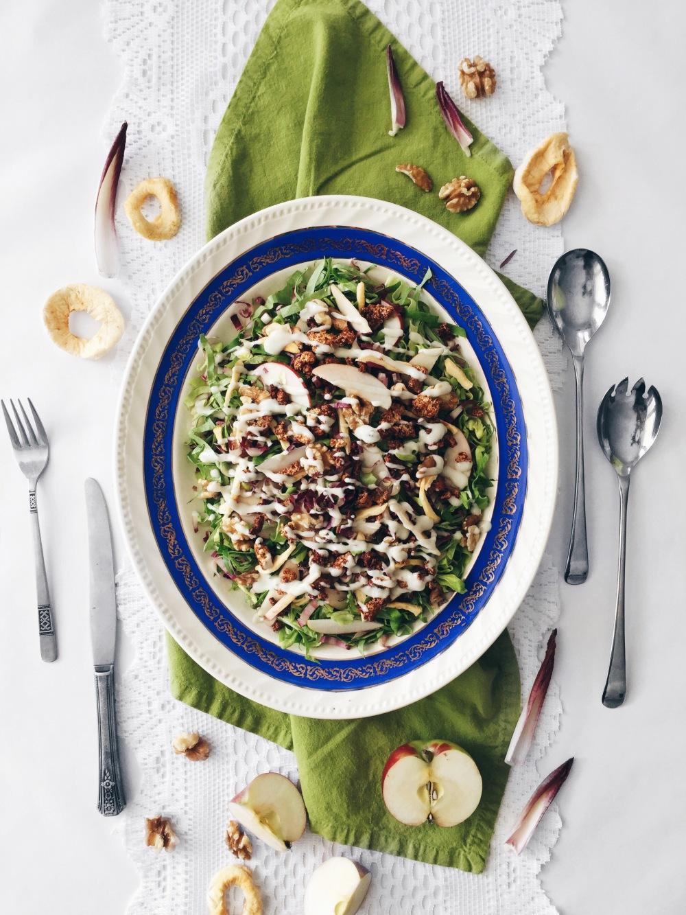 Salade repas verte aux endives, laitue, pommes, noix de grenoble, bacon végétalien et sauce crémeuse au fromage bleu