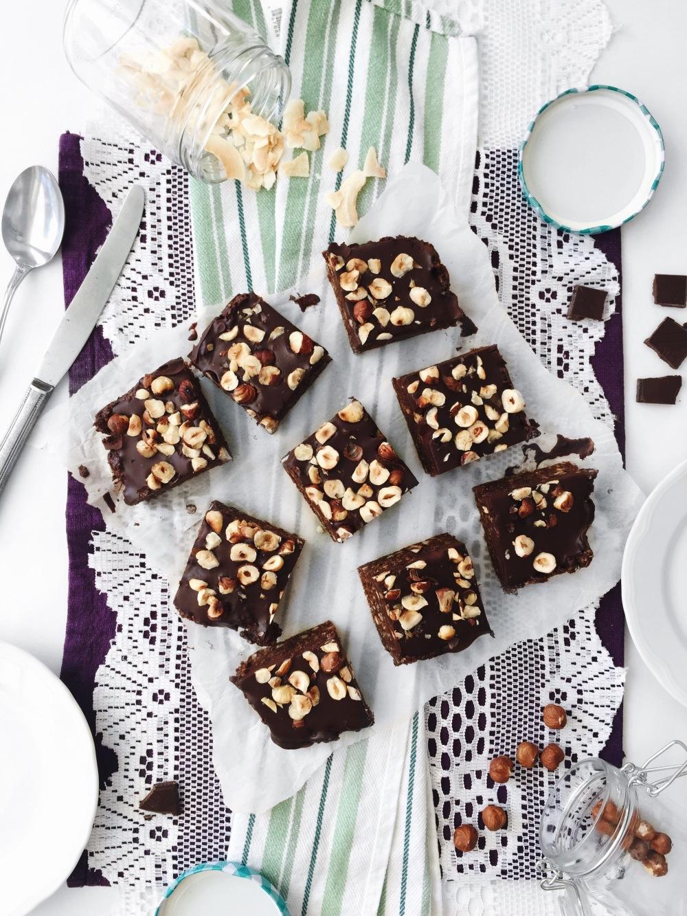 Brownies véganes sans cuisson aux noisettes et sirop d'érable