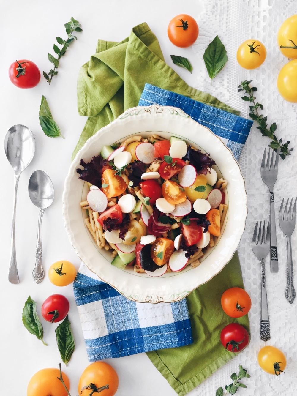 Salade de pâtes style grecque aux légumes (radis, concombre, oignon rouge, mesclun), et pesto d'herbes aux olives et aux tomates séchées