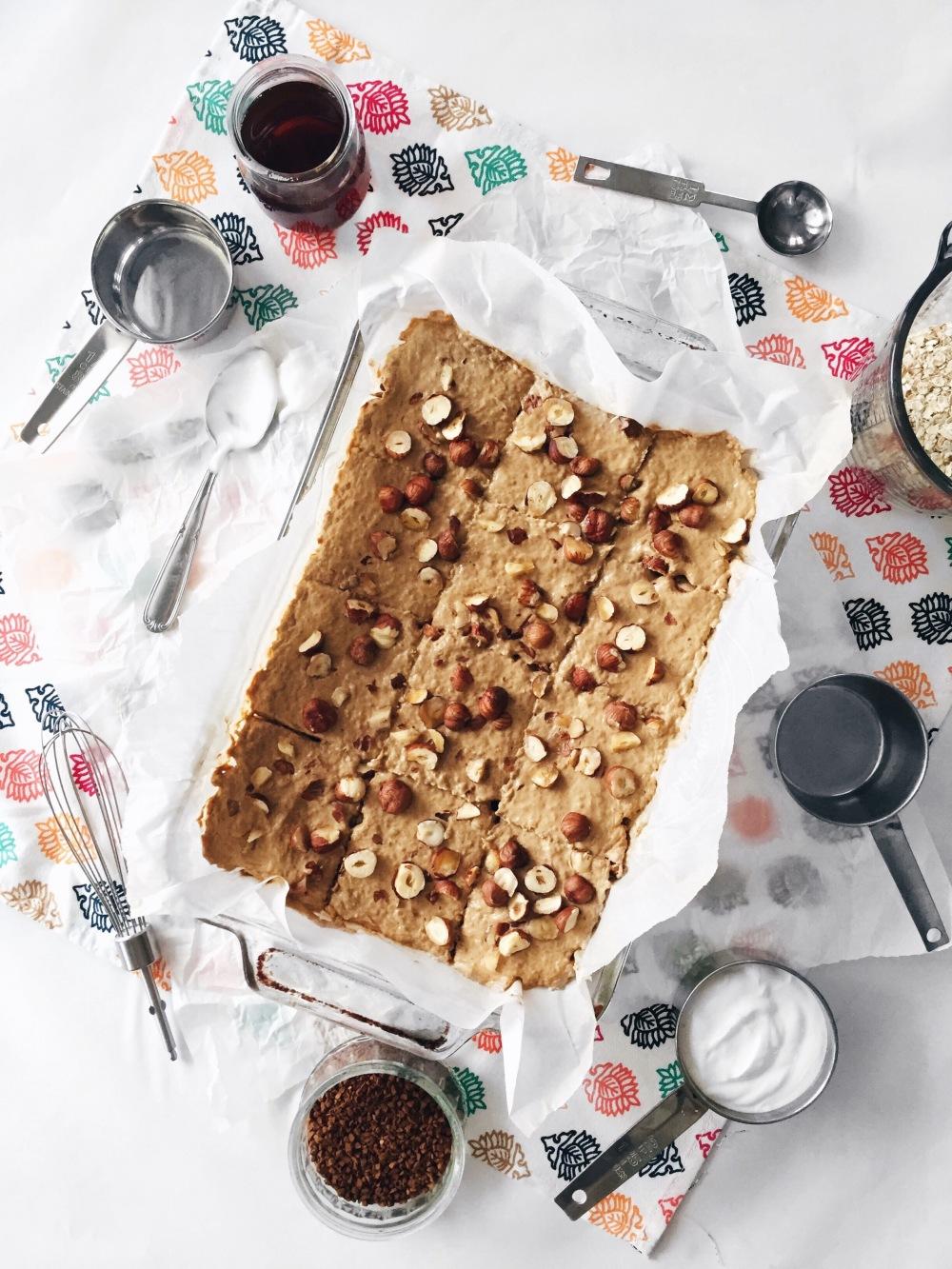 Barres déjeuner tout-en-un sans cuisson au café, yogourt, noisettes, érable et flocons d'avoine