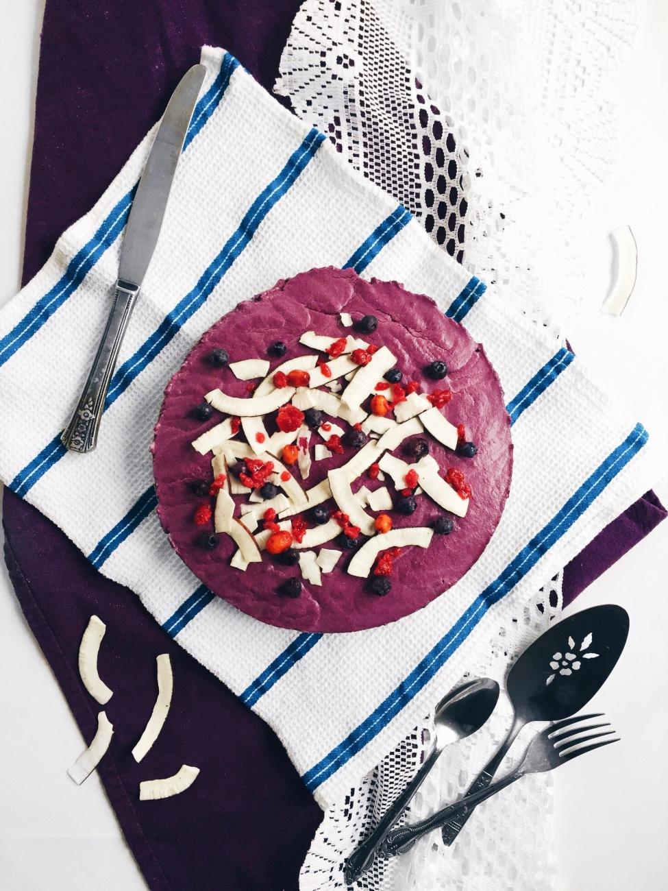 Gâteau au fromage végane sans gluten, à la rhubarbe, aux petits fruits québécois et à l'érable, en croûte de riz croustillant
