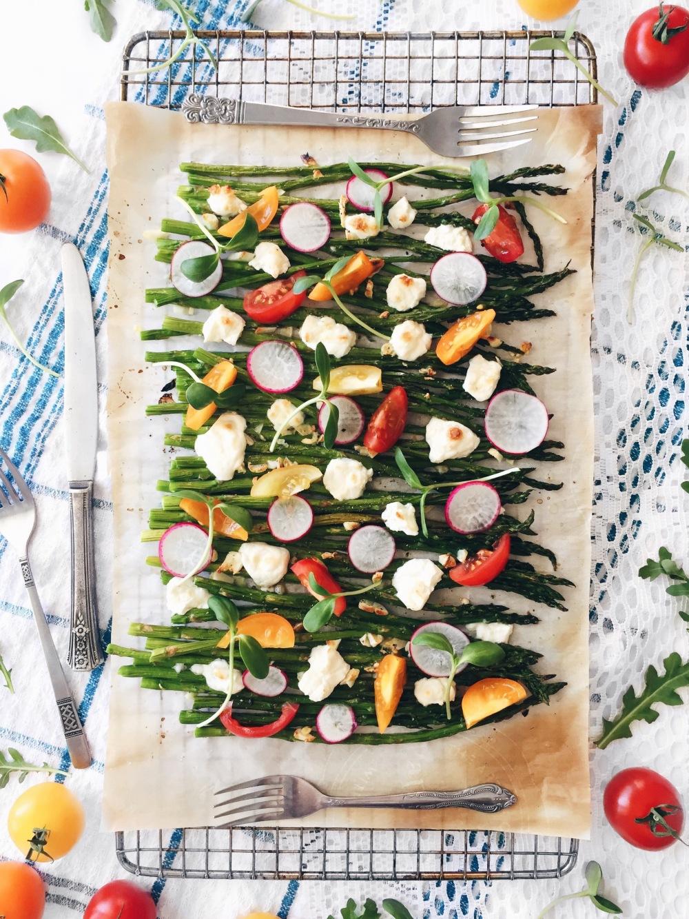 Asperges grillées à l'ail et au fromage feta, tomates, radis, roquette et vinaigrette maison