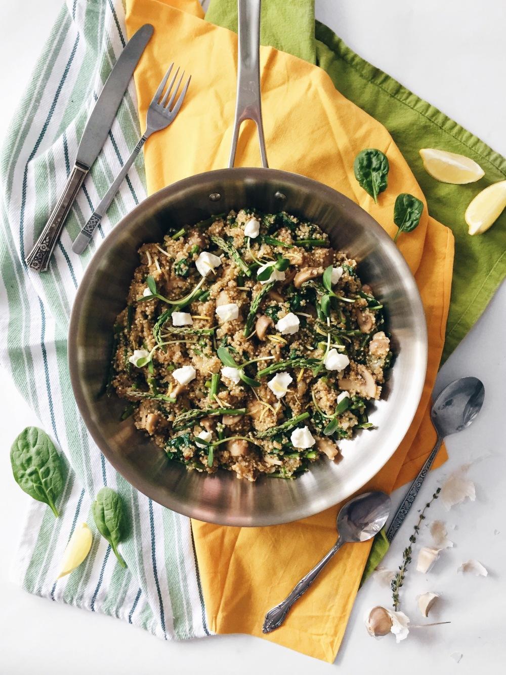 One pot quinoa aux asperges, aux champignons et au fromage de chèvre