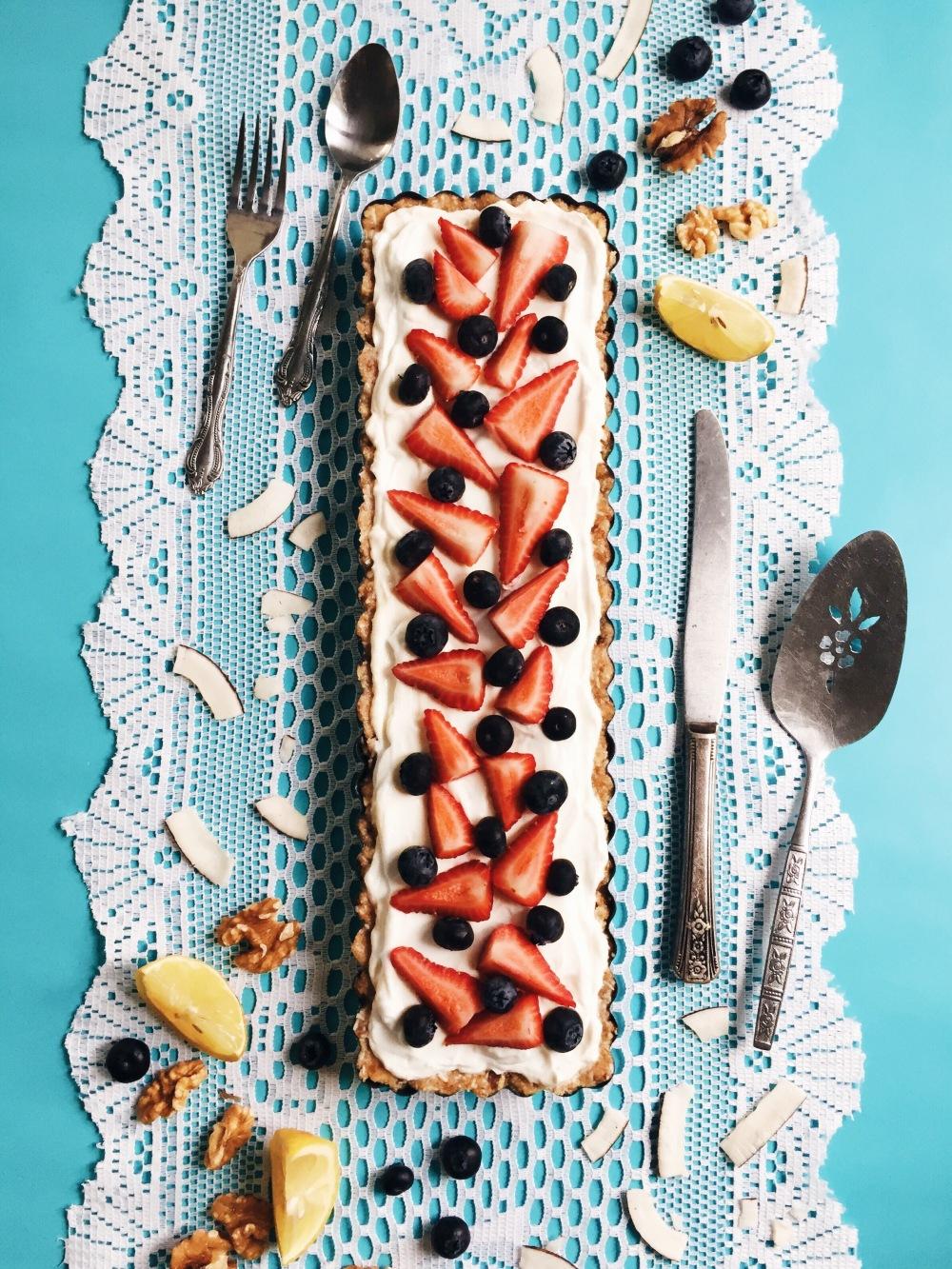 Tarte sans cuisson santé en croûte de noix, yogourt, érable et fruits