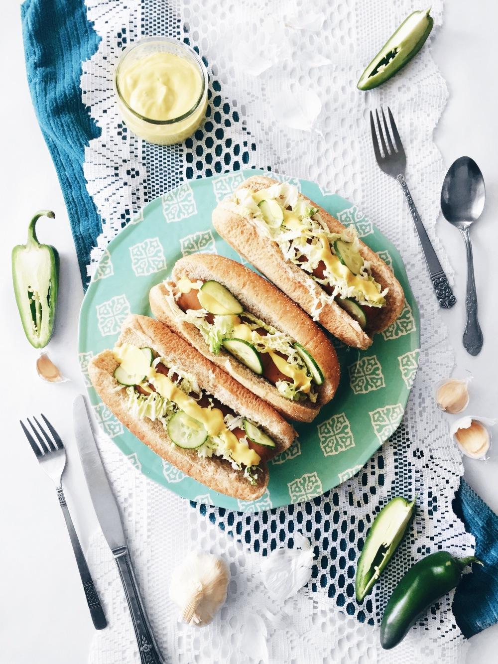 Hot-dogs véganes à la saucisse, à la salade de chou mariné au concombre, oignons rouges et jalapeno et sauce végénaise moutardée