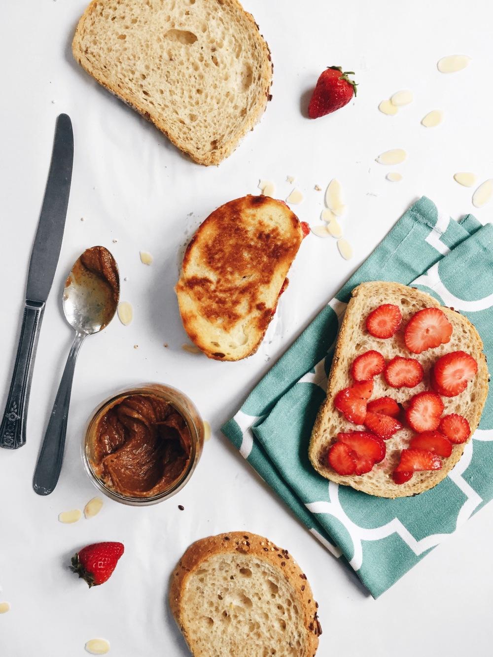 Sandwich grillé végane aux fraises, au beurre d'amande et au sirop d'érable