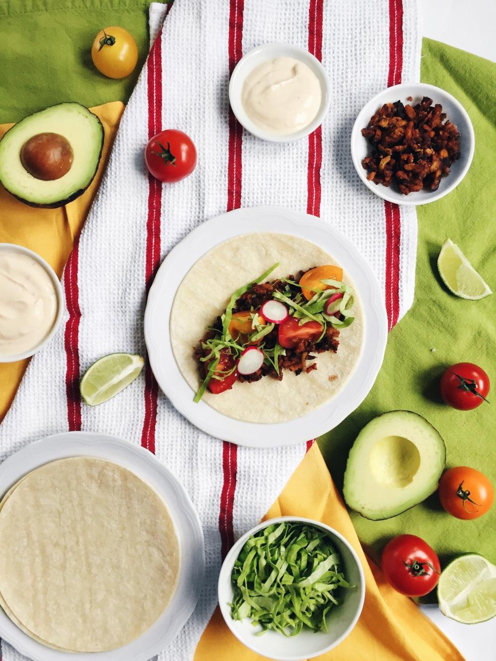 Tacos végane au tempeh épicé, aux tomates, avocats, laitue, coriandre et végénaise