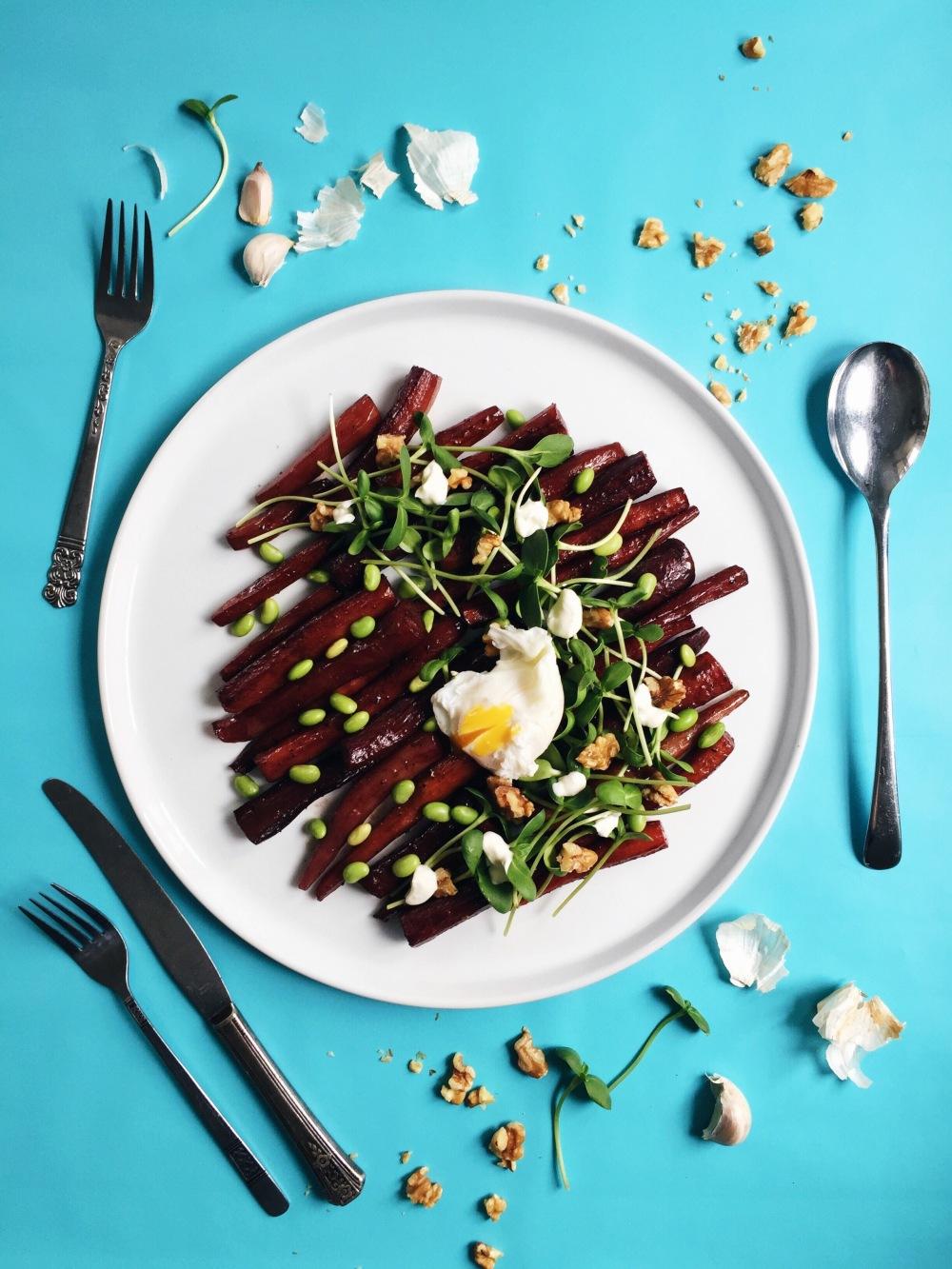 salade de carottes glacées au balsamique, fèves edamames, oeuf poché, crème sûre et noix