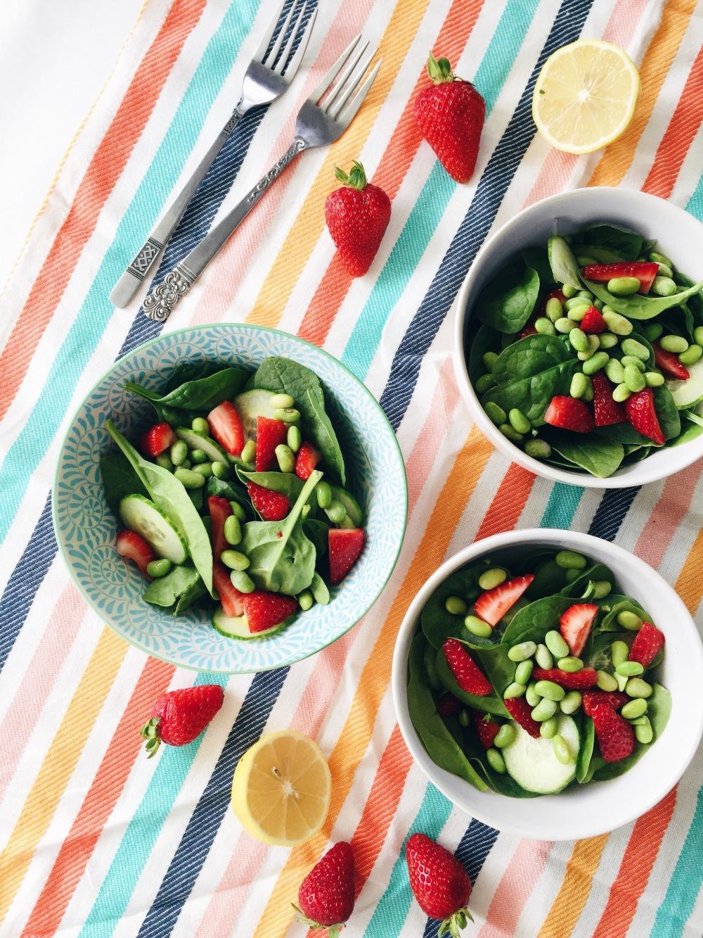 Salade aux épinards, fraises, gourganes, concombre et coriandre