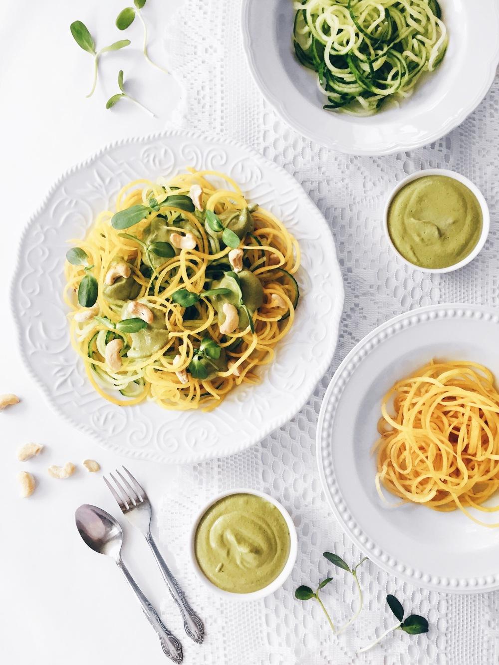 Spaghetti de courgettes et betteraves jaunes et sauce crémeuse végane aux noix de cajou ultra nutritive