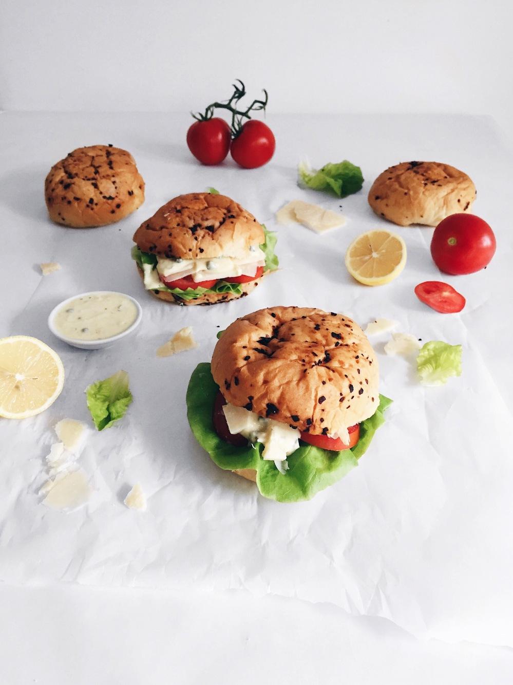 Hamburger végé à la salade césar tout-en-un avec parmesan et laitue