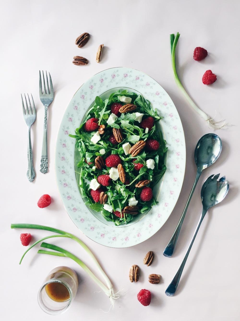 Salade de roquettes et framboises, oignons verts, chèvre et pacanes