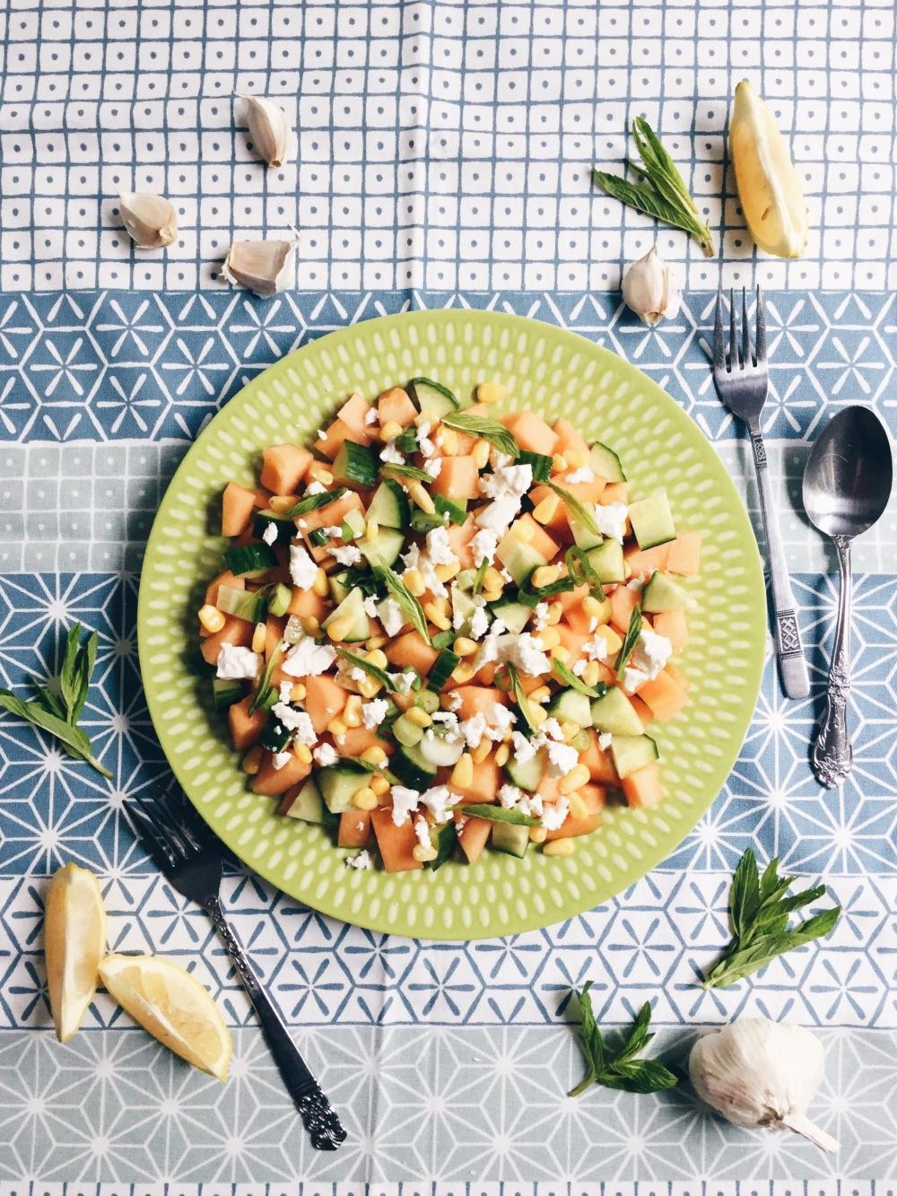 Salade de cantaloup, maïs, menthe et fromage feta