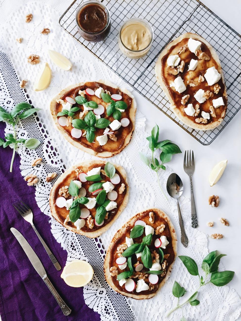 Pizza aux dattes, fromage de chèvre, noix de grenoble et basilic