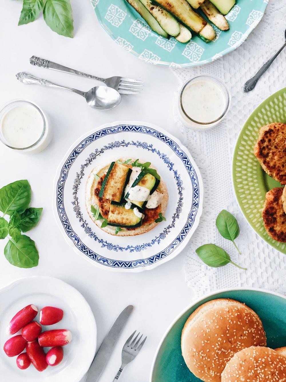 Hamburger de saumon et pois chiches aux courgettes grillées, à la roquette et à la sauce à la moutarde de meaux