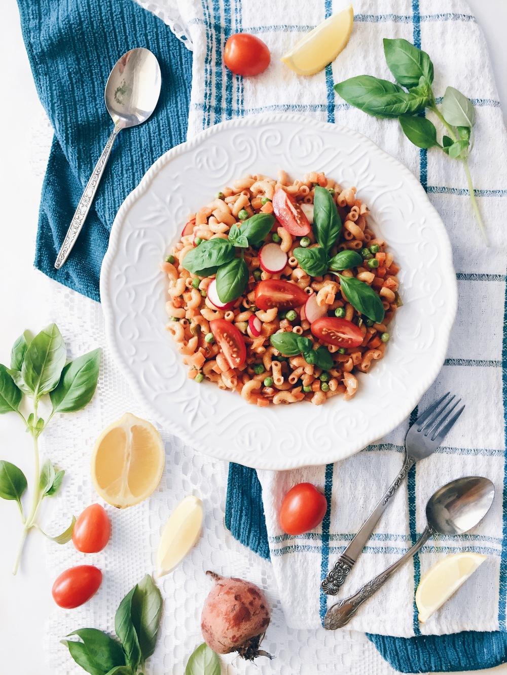 macaronis aux betteraves, carottes, petits pois, radis, tomates et basilic