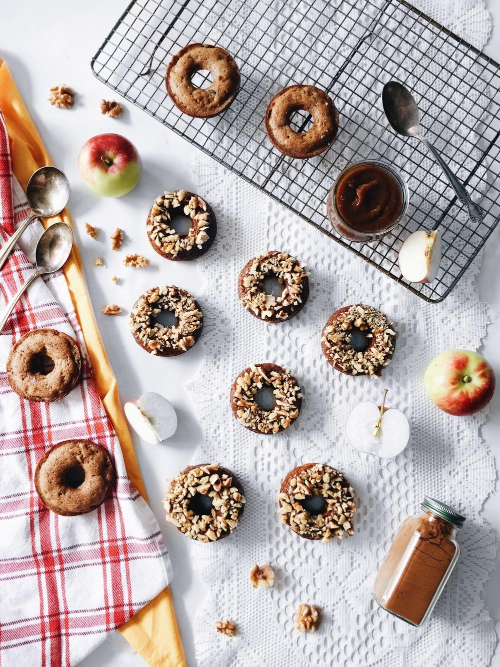 Beignes santé aux pommes, caramel de dattes et noix
