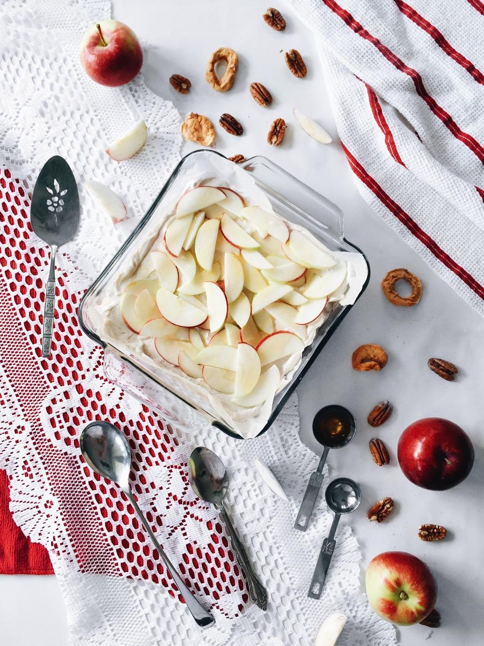 Dessert étagé sans cuisson aux pommes, au fromage, au miel et épices chai, en croûte de pacanes