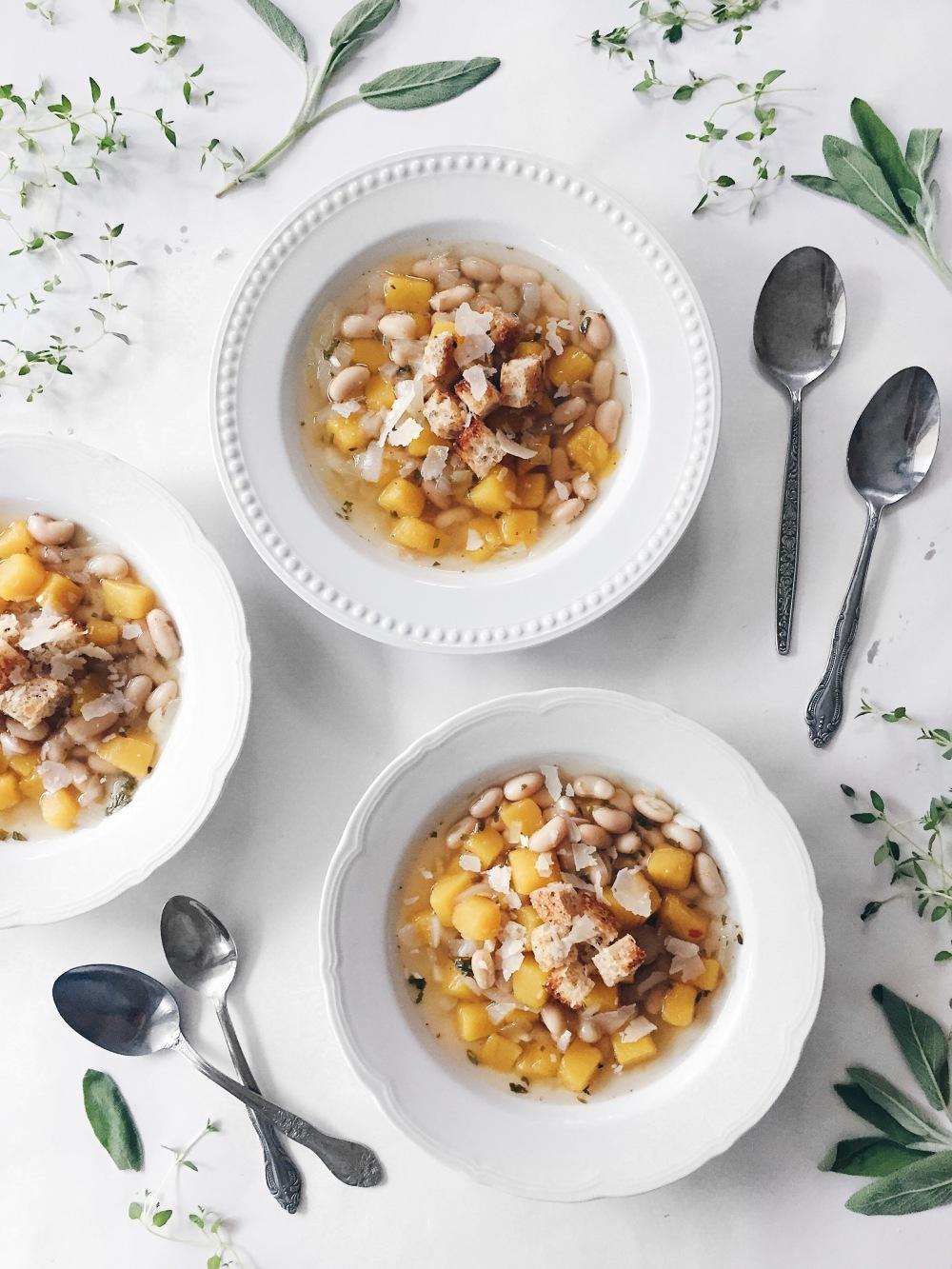 soupe-repas à la courge, aux haricots blancs, à la sauge, et croûtons au parmesan
