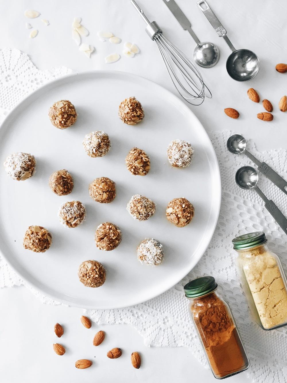 Boules d'énergie sans cuisson aux amandes et noix de coco