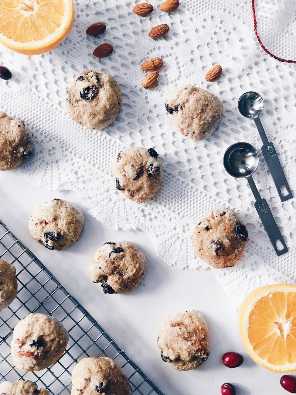 Biscuits aux amandes, canneberges séchées, orange, chia, érable et cardamome