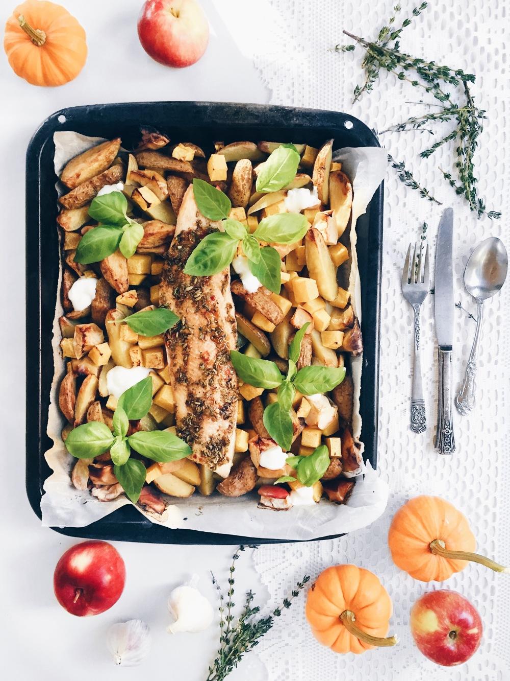 Repas tout-en-un dans une plaque de poisson et de pommes de terres, courges et pommes grillées