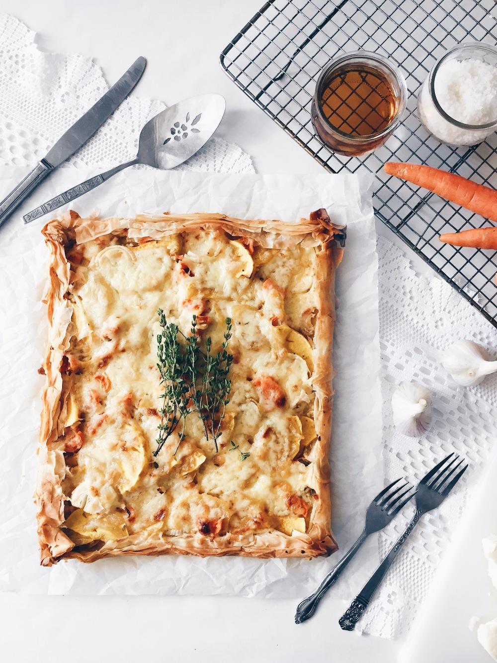 tarte fine en croûte de pâte phyllo, aux carottes, oignons, ail, thym et cheddar