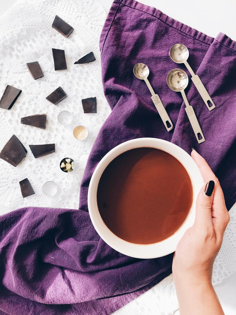 Chocolat chaud végané épicé à la vanille et à l'érable