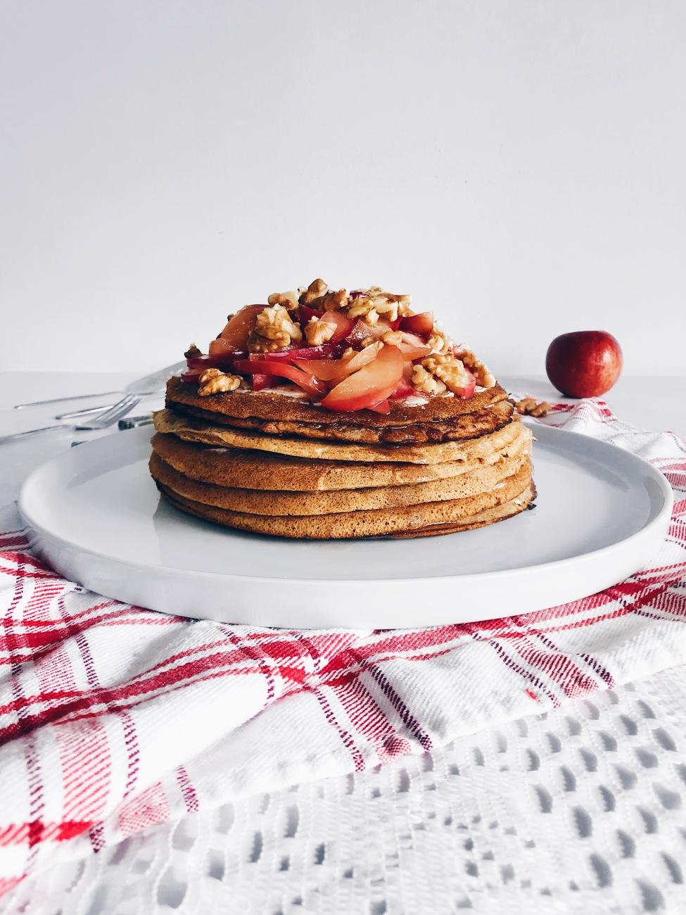 Gâteau de pancakes au fromage à la crème, aux pommes et à l'érable