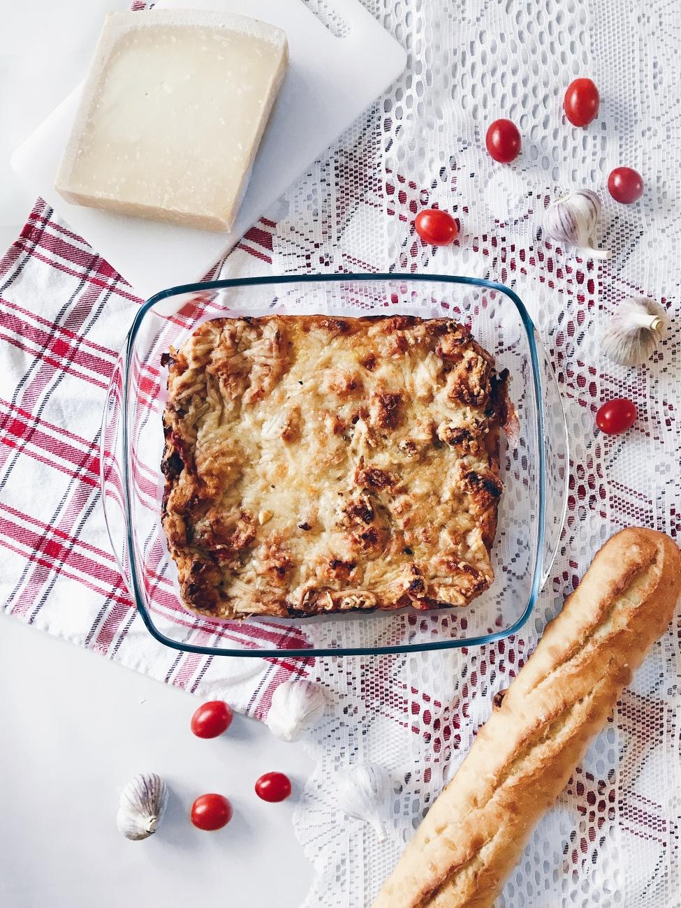 Strata à la sauce à spaghetti, au pain à l'ail et au parmesan