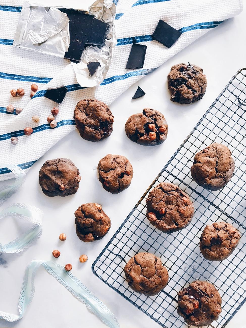 Biscuits véganes double chocolat aux noisettes et à l'érable
