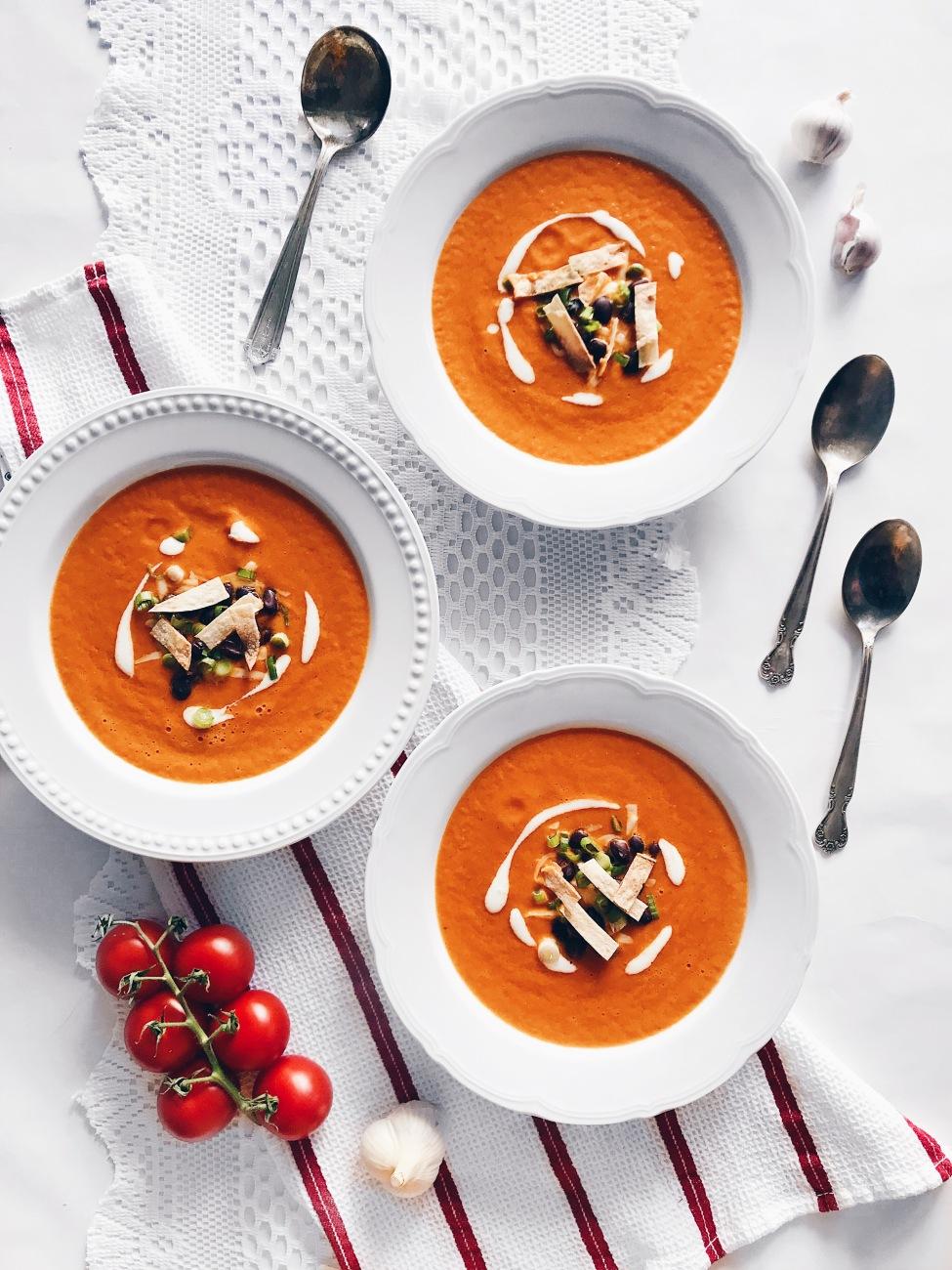 Soupe tomate express et garniture d'haricots, fromage et tortillas grillées